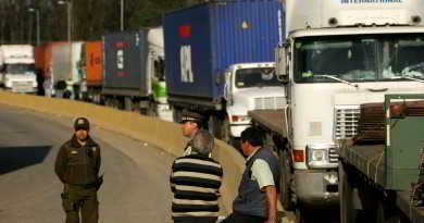 10 de Septiembre  de  2012 /VALPARAISO Cerca de 100 camiones mantienen cortado  el camino La Polvora  desde las 14 hrs en el marco de las movilizaciones convocadas por distintos gremios de la ciudad en contra de la construcción de un mal en el borde costero. FOTO:CRISTIAN OPAZO/AGENCIAUNO