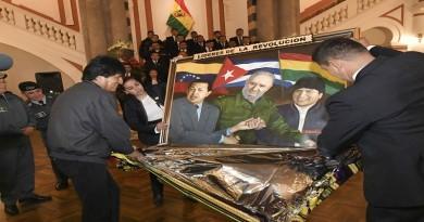 26 octubre 2016, La Paz.- 05:06 El presidente Evo Morales recibe agasajo por sus cumpleaños al iniciar sus actividades en reunión de Gabinete (Fotos: Freddy Zarco)