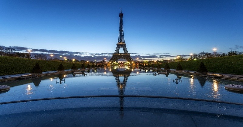 View of the Eiffel Tower from Esplanade du Trocadéro during the blue hour. The water was frozen.
