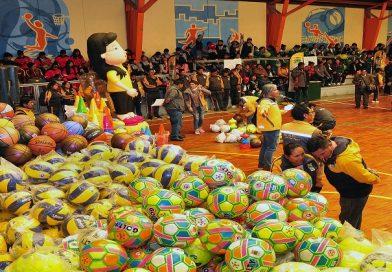 Alcaldía entrega implemento deportivo a las de 279.000 estudiantes de El Alto
