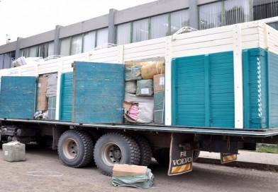 Comisan varios camiones, vehículos y enlatados de alimentos perecederos