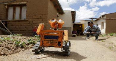 El inventor del robot WALL-E de Patacamaya adapta un sistema de fumigación para limpieza de plazas, calles y espacios públicos