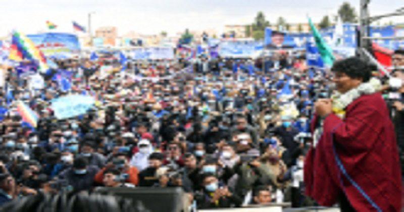 Marea azul, cánticos y wiphalas reciben a Evo Morales en La Paz