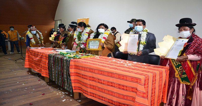 Chapetón entrega leyes municipales a cuatro asociaciones de comerciantes